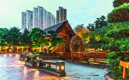 Nan Lian Garden em Diamond Hill em Hong Kong Arquitetura da cidade crepuscular cênico com iluminação da rua imagem de stock