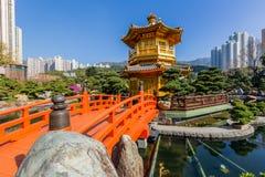 Nan Lian trädgård, kinesisk klassisk trädgård, guld- paviljong av perfektion i Nan Lian Garden, Hong Kong royaltyfria foton