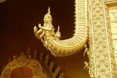 Nan-Provinz, Thailand Oktober 23,2014: Schöne goldene Skulptur von Naga auf dem Tor an Wat Sri Panthon-Tempel lizenzfreie stockfotografie