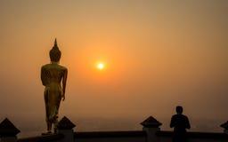 Nan Tajlandia, Kwiecień, - 25, 2016: niezidentyfikowany mężczyzna stoi samotnego t Zdjęcie Royalty Free