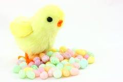Nana de Pâques de jouet avec des dragées à la gelée de sucre photos stock