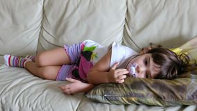 Nana medio dormida del sofá de la hora de acostarse del sofá del bostezo del niño del bebé de la siesta de la tarde almacen de metraje de vídeo