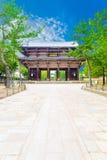 Nandaimon południe bramy Todai-ji ścieżki niebieskie niebo fotografia royalty free