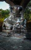 nandi石雕象在一个老古庙的 免版税库存图片