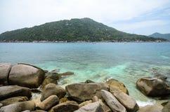 Nang元海岛,与蓝色海和岩石海滩的kho陶, 库存照片