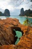 海滩峭壁石灰岩地区常见的地形nang phra顶& 免版税库存图片
