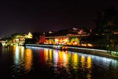 Nanjing, Jiangsu, China: El río de Qin Huai en el área alrededor del templo de Confucio se enciende maravillosamente en la noche foto de archivo libre de regalías