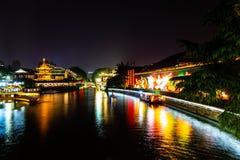 Nanjing, Jiangsu, China: O rio de Qin Huai na área em torno do templo de Confucius é iluminado belamente na noite foto de stock