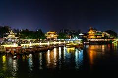 Nanjing, Jiangsu, China: O rio de Qin Huai na área em torno do templo de Confucius é iluminado belamente na noite imagem de stock