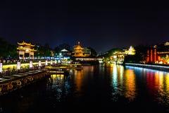 Nanjing, Jiangsu, China: O rio de Qin Huai na área em torno do templo de Confucius é iluminado belamente na noite imagens de stock royalty free