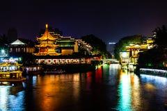 Nanjing, Jiangsu, China: O rio de Qin Huai na área em torno do templo de Confucius é iluminado belamente na noite fotos de stock