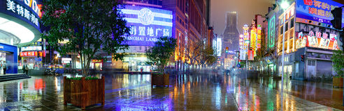 Nanjingslu Weg, Shanghai, China, nachtstraat na regen Stock Foto's
