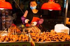NANNING, CHINA - JUNI 9, 2017: Chinese chef-kok die barbecue o voorbereiden Stock Afbeelding