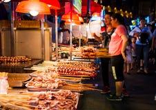 NANNING CHINY, CZERWIEC, - 9, 2017: Jedzenie na Zhongshan przekąsce Stree Zdjęcia Royalty Free