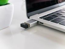 Nano mottagare för trådlös mus med en omformare för USB typ-cadapter arkivbild