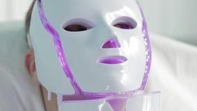 Nanoasia光使充满活力的面具接近的看法脸皮疗法的在温泉慢动作 股票录像