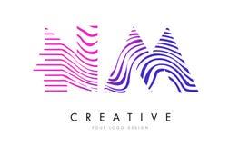 Nanomètre N M Zebra Lines Letter Logo Design avec des couleurs magenta Photo libre de droits