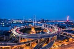 Nanpubrug van Shanghai in het vallen van de avond royalty-vrije stock afbeelding