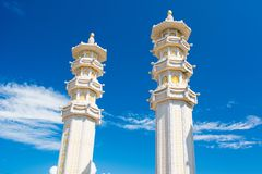 Nanshan buddismmitt, en parkera mycket av religiösa platser stjärna fem parkerar höga kolonner och järnvalsar för lycka och välst arkivbilder