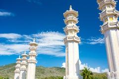 Nanshan buddismmitt, en parkera mycket av religiösa platser stjärna fem parkerar höga kolonner och järnvalsar för lycka och välst arkivbild