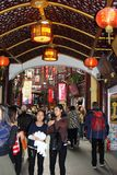 Люди ходят по магазинам в городке Nanshi старом в Шанхае, Китае Стоковое фото RF