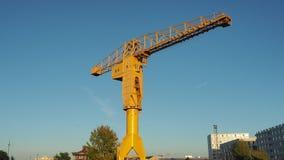 Nantes, Francia El crain amarillo de Jaune en los muelles turísticos metrajes
