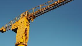 Nantes, Francia El crain amarillo de Jaune en los muelles turísticos almacen de metraje de vídeo