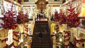 Nantes, Frankreich Das Einkaufszentrum Pommeraye während der Weihnachtszeit stock footage
