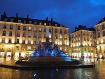 Nantes Frankrike Nattsikt av den Royale fyrkanten och springbrunnen Arkivfoto