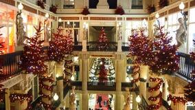 Nantes Frankrike Shoppinggallerian Pommeraye under jultid stock video