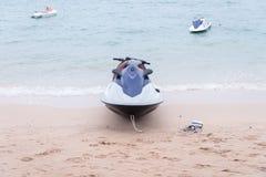 nany голубая и белая лыжа двигателя плавая на голубое море, тропический океан, Стоковые Фотографии RF