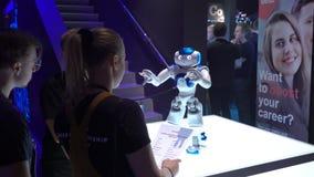 Nao Robot est un robot autonome et programmable de humanoïde par la robotique d'Aldebaran banque de vidéos