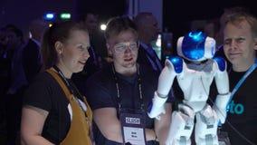 Nao Robot est un robot autonome et programmable de humanoïde par la robotique d'Aldebaran clips vidéos