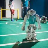 NAO-Roboter, der Fußball an verdrahtetem folgendem Fest in Mailand, Italien spielt Lizenzfreie Stockbilder