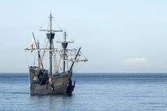 Nao Victoria die langs de kust varen Royalty-vrije Stock Afbeelding