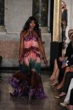 Naomi Campbell marche la piste à l'exposition d'Emilio Pucci en tant que partie de Milan Fashion Week Image libre de droits