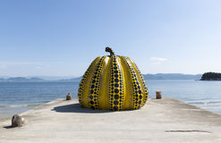 NAOSHIMA, ЯПОНИЯ 6-ОЕ ИЮНЯ: Скульптура гигантской тыквы Yayoi Kusama Стоковое Изображение RF