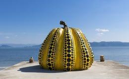 NAOSHIMA, JAPONIA CZERWIEC 6: Yayoi Kusama ` s gigantycznej bani rzeźba zdjęcie stock