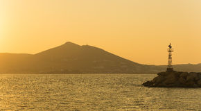 Naoussa在帕罗斯岛海岛在有一座灯塔的希腊在日落期间 图库摄影