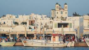 Naoussa, Paros 5-ое августа 2016 Каждый день жизнь на Naoussa в острове Paros при местные люди и туристы наслаждаясь их vacat лет видеоматериал