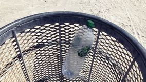 Napój butelkuje spadać w jałowego kosz zbiory
