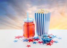 Napój i popkorn z cukierkami na dniu niepodległości obraz stock