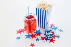 Napój i popkorn z cukierkami na dniu niepodległości fotografia royalty free
