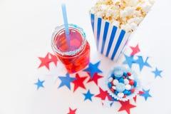 Napój i popkorn z cukierkami na dniu niepodległości zdjęcia royalty free