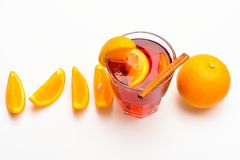 Napój lub napój z pomarańcze i cynamonem Koktajlu i baru pojęcie Rozmyślający wino plasterki pomarańcze blisko, odgórny widok Szk Obrazy Stock