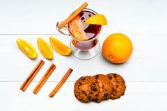 Napój lub napój z pomarańcze i cynamonem, odgórny widok Koktajlu i baru pojęcie Rozmyślający wino plasterki pomarańcze blisko Szk Fotografia Royalty Free