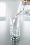 Napój woda Nalewać wodę Od miotacza W szkło Zdrowie, dieta obraz royalty free