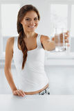 Napój woda Szczęśliwa Uśmiechnięta kobiety woda pitna Zdrowy Lifesty zdjęcia royalty free