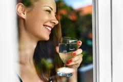 Napój woda Uśmiechnięta kobiety woda pitna dieta Zdrowy Styl życia obraz stock