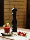 Napój z ajerówką i tomatoe sokiem na tablecloth na a i zdjęcia stock